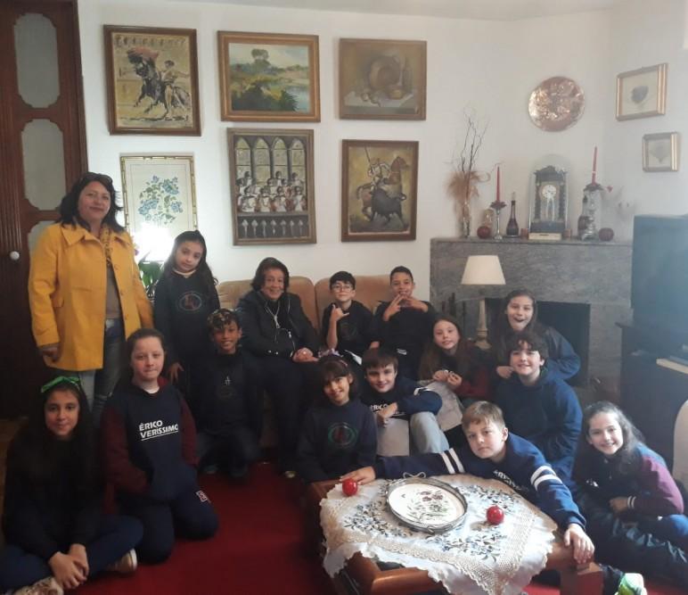 Laís Falcão Sparemberg e os alunos da Escola de Ensino Médio Érico Veríssimo